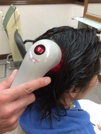専用機器を利用したサロンならではの本格育毛ケアができるヘッドスパです。 資生堂独自テクノロジーと成分で、ヘアサロン専用に開発された機器を使い、温感・冷感とマッサージの効果で頭皮の血行を促すことで、ハリ・コシ、ボリュームのある健康な髪を育む環境に整えます。